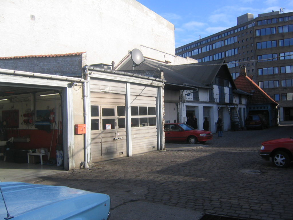 Mogens dahl koncertsal før ombygningen. dengang et slidt autoværksted. Garager. porte. biler.