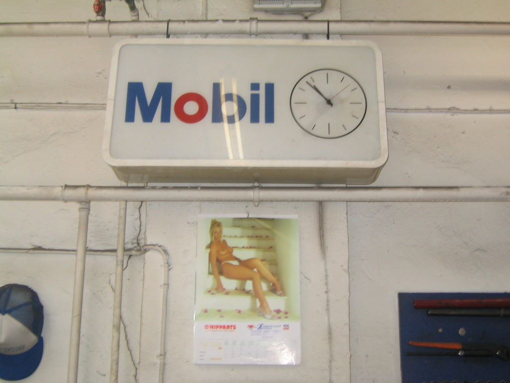 Indretning i det gamle autoværksted før det blev lavet til koncertsal. Mobil ur. Kalender.